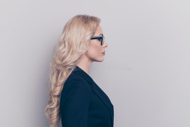 Портрет взгляда со стороны профиля славного милого прекрасного шикарного attracti стоковое изображение