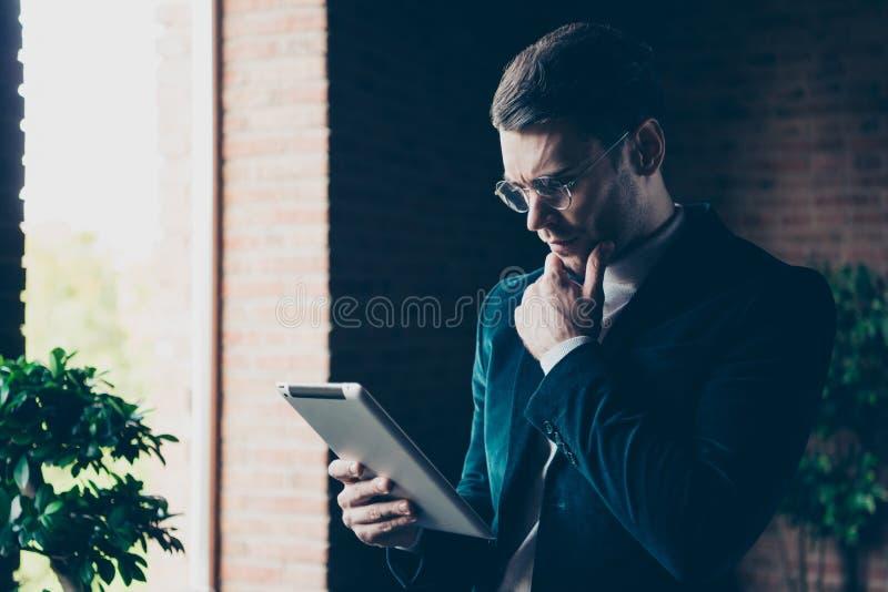 Портрет его он славный красивый стильный ультрамодный умный умный специалист по менеджера pr сбытовика парня держа в eBook рук стоковые изображения rf