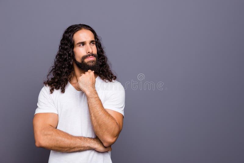 Портрет его он славный крутой привлекательный беспристрастный запомненный волнист-с волосами парень думая создающ стратегию жизни стоковое изображение