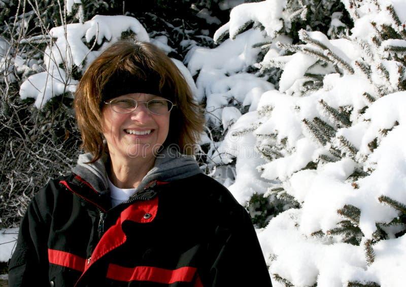 Портрет женщины с предпосылкой зимы стоковое фото rf