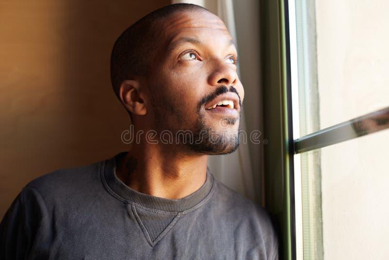 Портрет ЗАДУМЧИВОГО африканского чернокожего человека горизонтально стоковое изображение rf