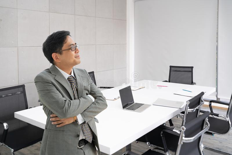 Портрет красивого старшего бизнесмена на офисе стоковые фото