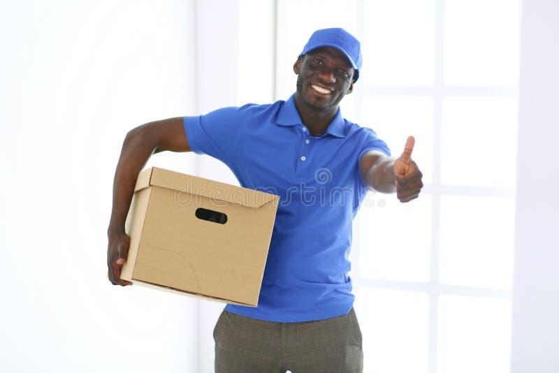 Портрет красивого счастливого избавителя с коробкой стоковые изображения