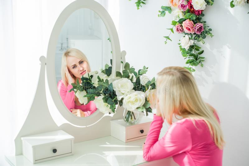 Портрет красивой белокурой женщины в отражении зеркала стоковое изображение rf