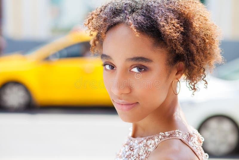Портрет красивой естественной молодой африканской женщины в платье стоковые фотографии rf
