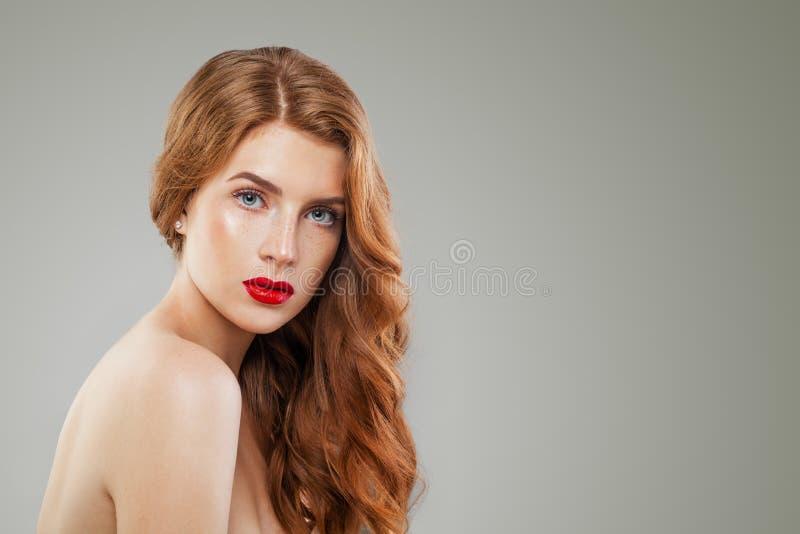Портрет красивой женщины redhead на салатовой предпосылке с космосом экземпляра Славная девушка с красным курчавым стилем причесо стоковые изображения