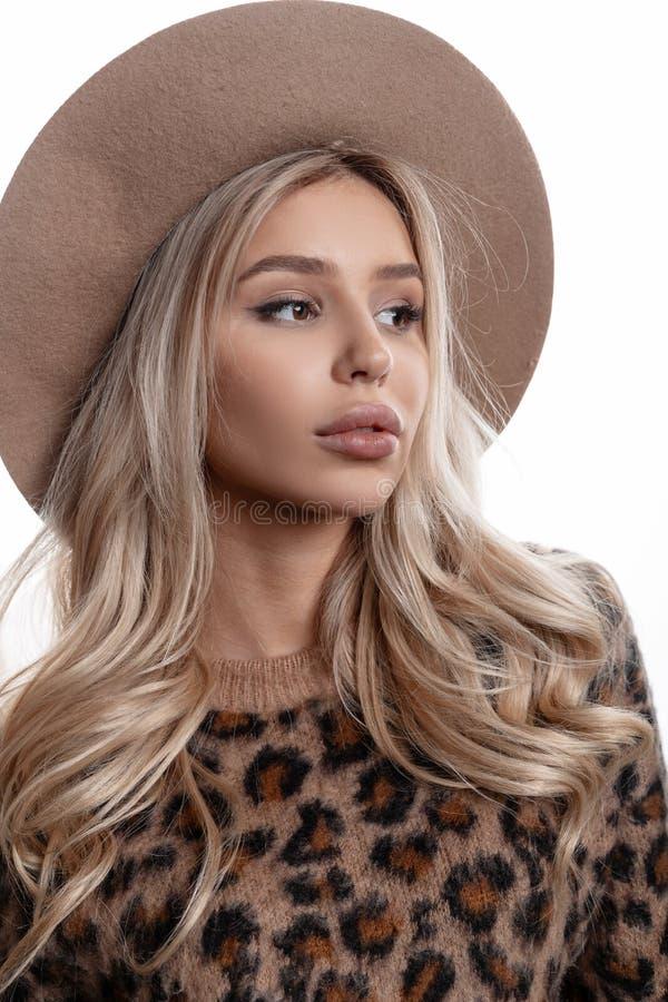 Портрет красивой маленькой девочки с естественным макияжем с губами с длинными курчавыми светлыми волосами в элегантной шляпе стоковая фотография