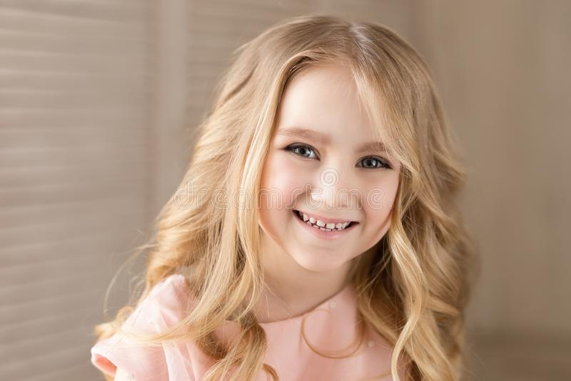 Портрет красивой милой девушки, усмехаясь Крытое фото Конец-вверх стоковая фотография