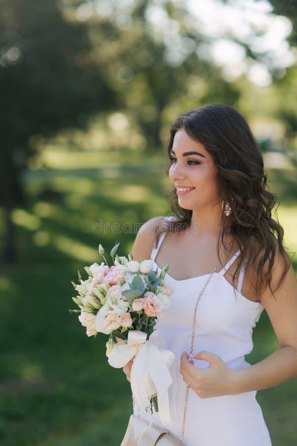 Портрет красивой невесты во дне свадьбы Белые платье и букет Современная свадьба стоковые фотографии rf