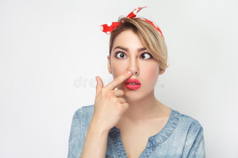 Портрет крупного плана смешной сумасшедшей молодой женщины пересеченных глаз в случайной голубой рубашке джинсовой ткани с макияж стоковые фото