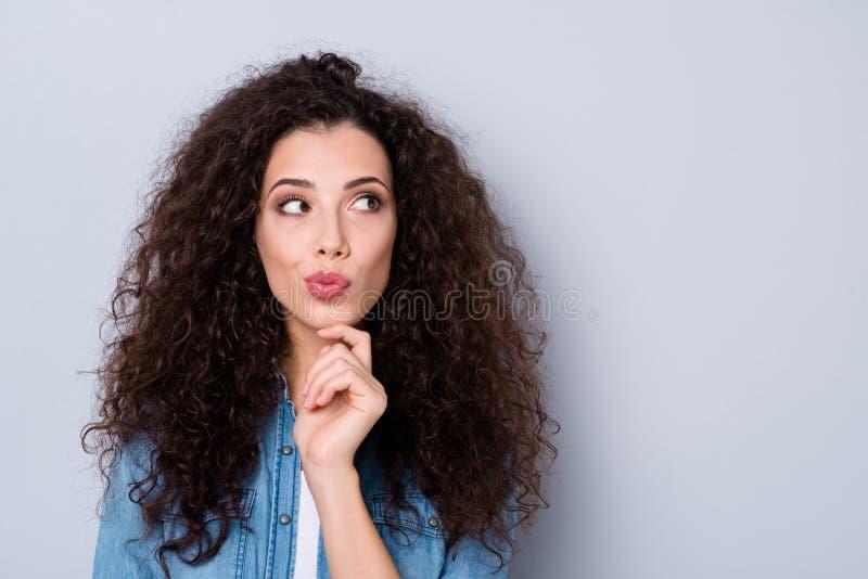Портрет конца-вверх ее она выглядящий славн милый очаровательный привлекательный прекрасный прелестный любопытный волнист-с волос стоковое изображение