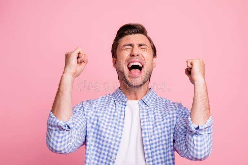 Портрет конца-вверх славного привлекательного красивого жизнерадостного веселого парня нося проверенное везение рубашки самое луч стоковые фото