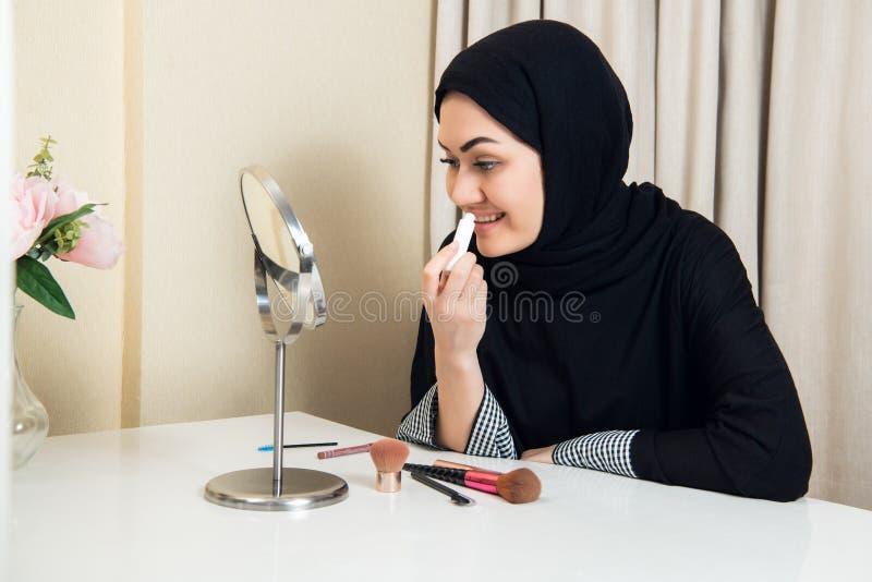 Портрет конца-вверх состава очаровательной мусульманской женщины нося смотрите на стоковое фото