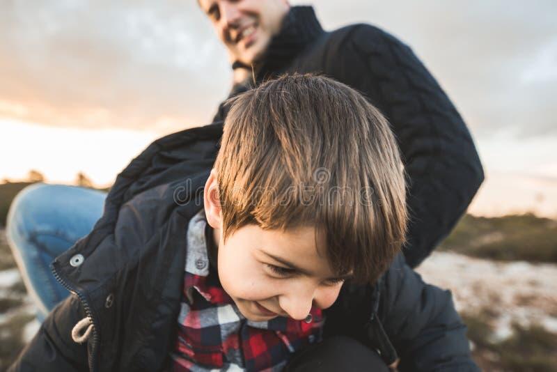 Портрет мальчика со смешным выражением и усмехаться в сельской местности ребенок счастливый стоковое фото rf