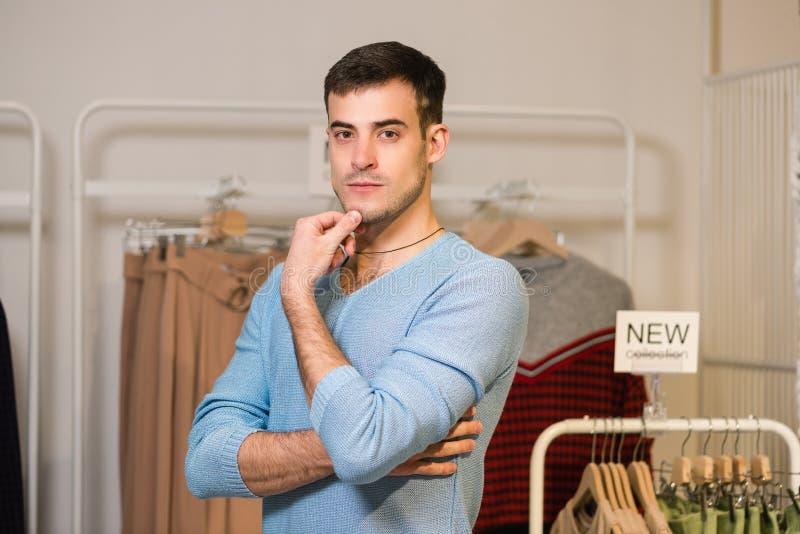 Портрет мужского продавца в магазине одежд стоковое фото rf