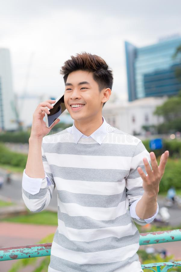 Портрет молодого мужского путешественника говоря на мобильном телефоне стоковое фото rf