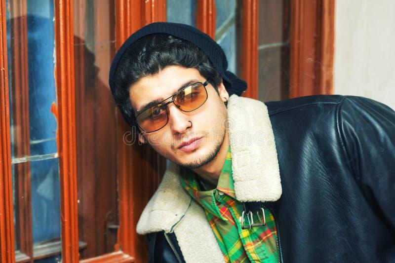 Портрет молодого человека в теплой куртке на весенний день стоковое изображение rf
