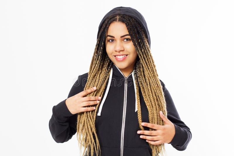 Портрет молодой афро американской девушки подростка нося черное hoody стоковые фото