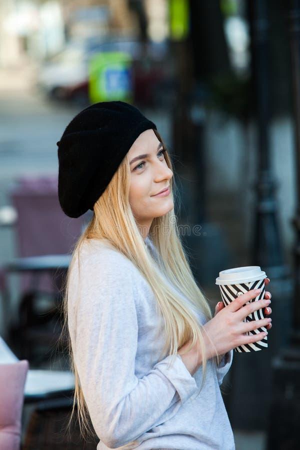 Портрет моды Outdoors кофе молодой красивой девушки выпивая, который нужно пойти Близкий поднимающий вверх портрет усмехаясь мале стоковые фото