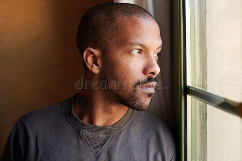 Портрет привлекательного БОРОДАТОГО африканского чернокожего человека стоковое изображение