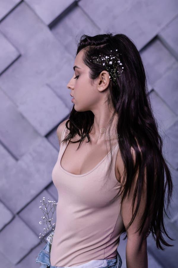 Портрет профиля красивой девушки с украшенный с волосами аксессуаров стоковое изображение