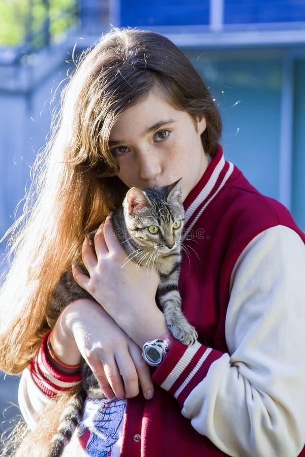 Портрет девочка-подростка с котом стоковые изображения rf