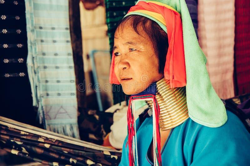 Портрет длинной женщины шеи в традиционном костюме Племя северный Таиланд шеи Карен длинное стоковое фото