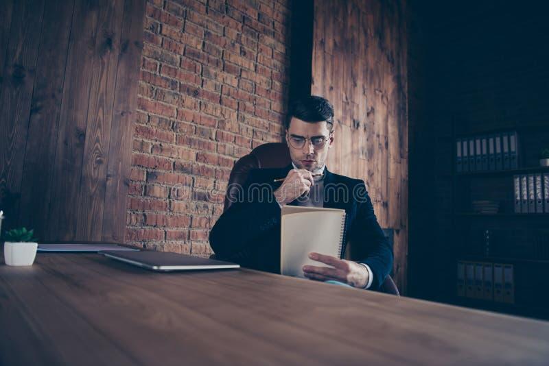 Портрет славных красивых стильных умных примечаний чтения парня планирует список дел повседневности дневника создавая рассказ рас стоковые изображения rf