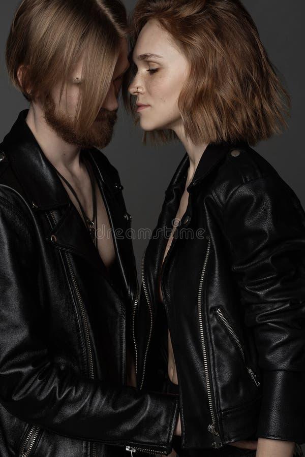 Портрет славных сладких привлекательных жизнерадостных людей в черных кожаных куртках стоковые фотографии rf