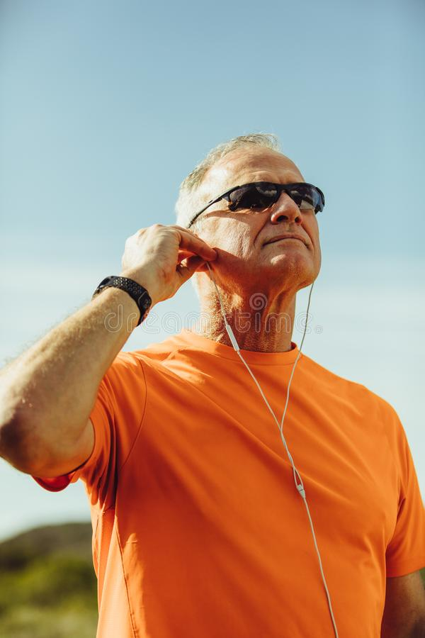 Портрет старшего атлетического человека стоковая фотография