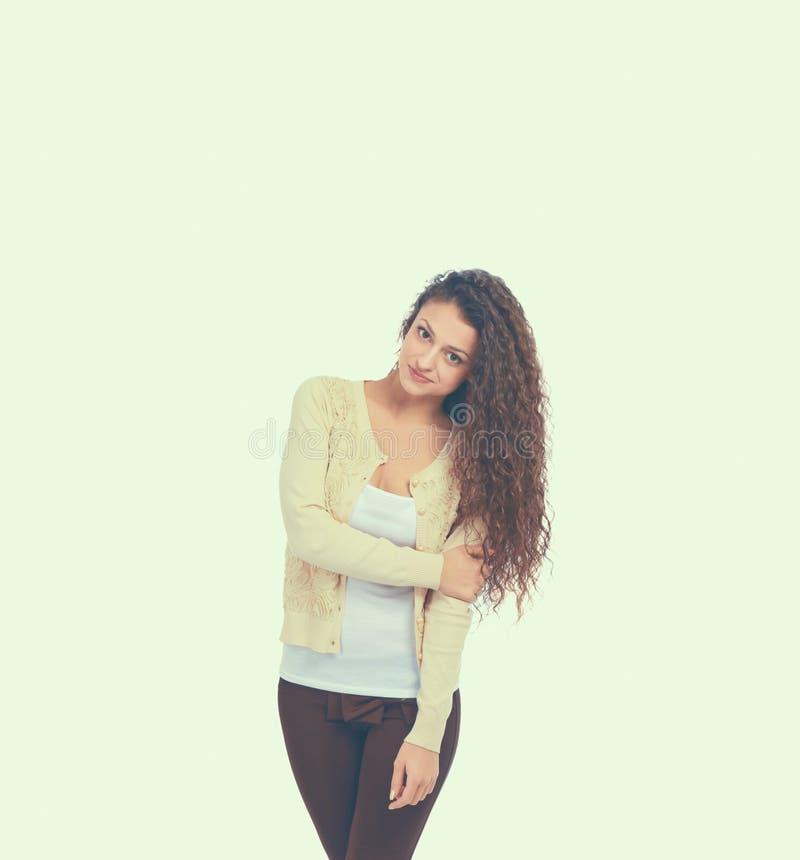 Портрет уверенно положения молодой женщины изолированный на белой предпосылке стоковые изображения rf