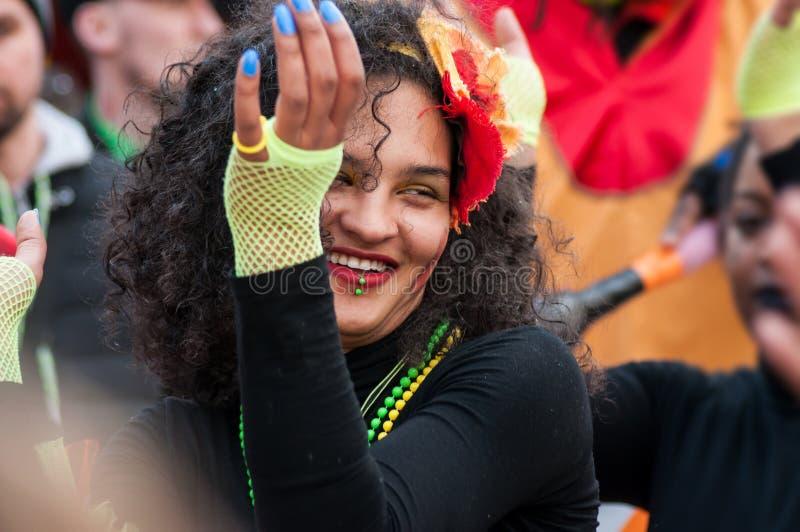 Портрет усмехаясь танцев девушки в улице стоковые фотографии rf