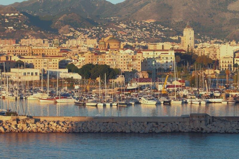 Порт в Ла Cala залива и городе Палермо, Сицилия стоковое изображение