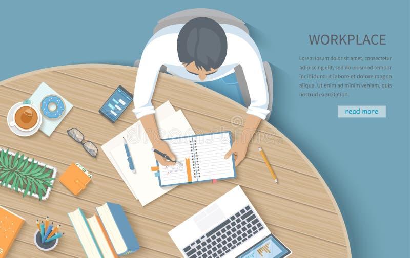 Ðœan在一个笔记本的文字笔记在一张圆的木书桌 工作场所桌面工作区办公用品,膝上型计算机,书,电话,glasse 库存例证