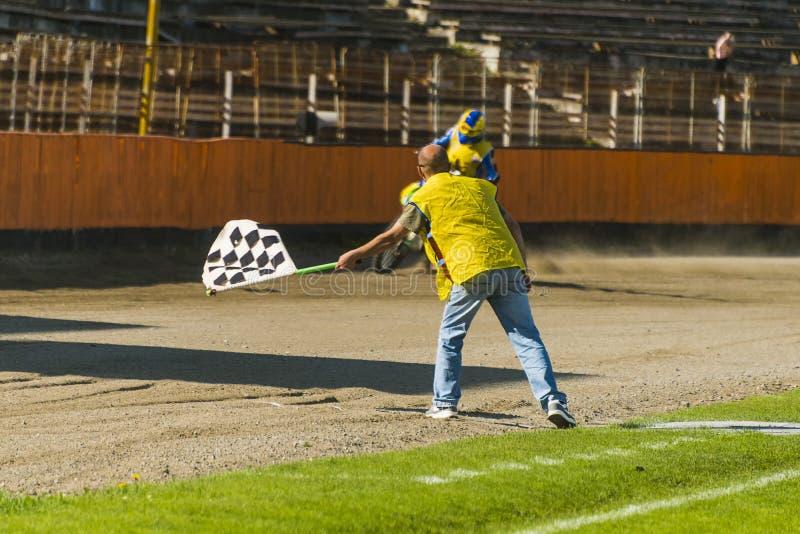 Ðœan mit einer Zielflagge lizenzfreies stockfoto
