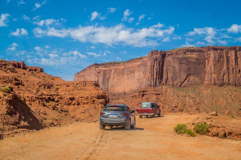 Ðœonument Dolinnego Navajo Plemienny park Podróżować przez pustyni drogowym samochodem z z fotografia royalty free