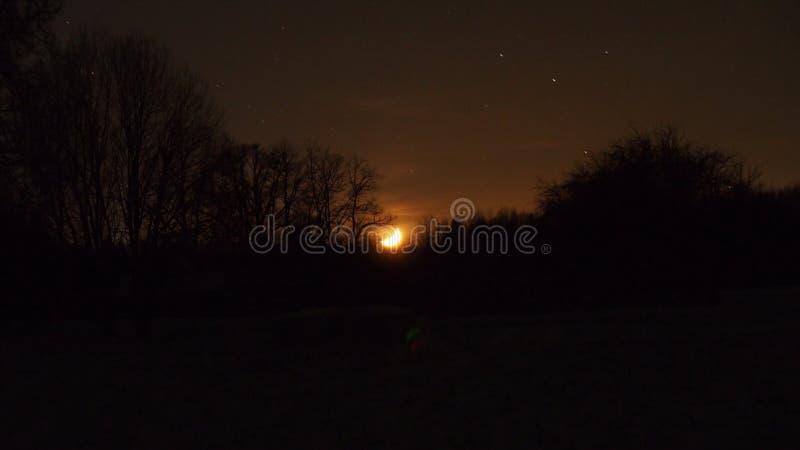 Ðœoonset en el cielo nocturno imagen de archivo