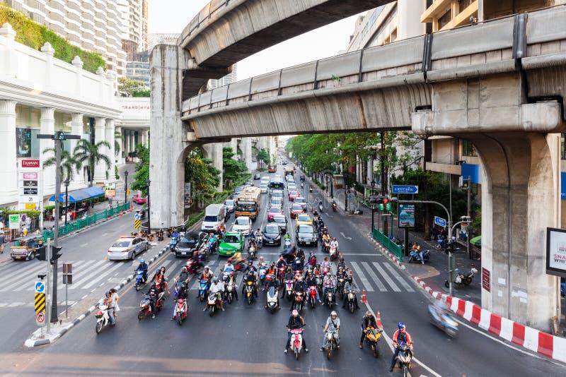 Ðœotorcycles och bilar står på trafikljuset arkivfoto