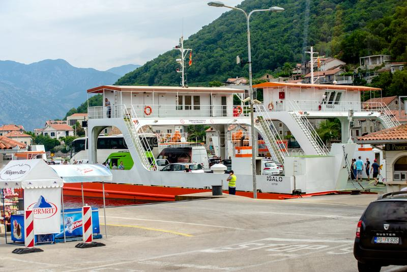 КОТОR,黑山- 12 06 2018年:轮渡通过科托尔湾运输游人和汽车 库存照片