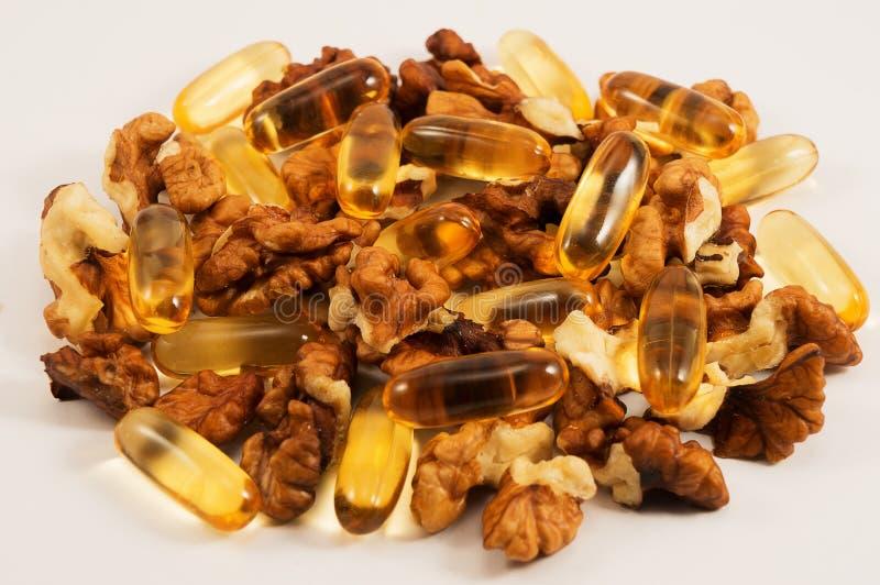 Оil Omega 3 και ακατέργαστα τρόφιμα ξύλων καρυδιάς στοκ φωτογραφίες με δικαίωμα ελεύθερης χρήσης