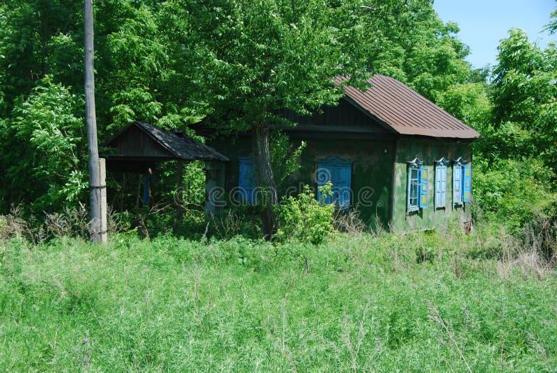 Оld ha abbandonato la casa in un villaggio russo immagini stock libere da diritti