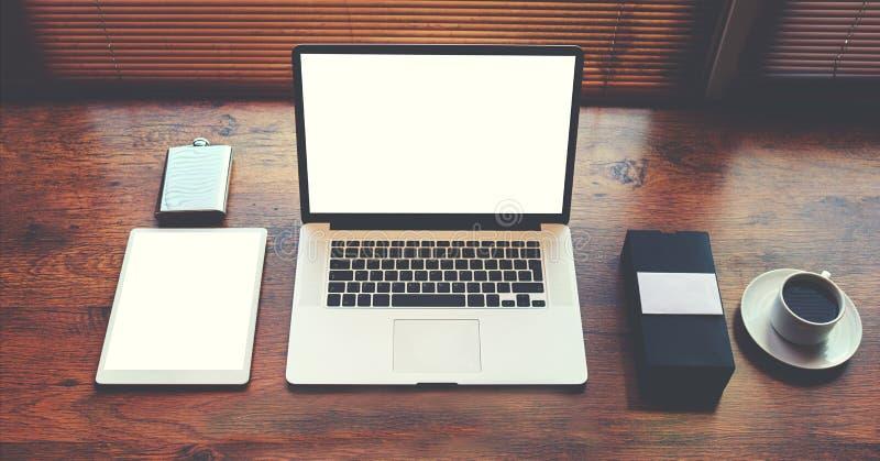 Оpenlaptop computer en digitale tablet met het witte lege exemplaar ruimtescherm voor tekstinformatie of inhoud stock afbeelding