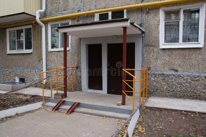 Ð•ypical είσοδος σε ένα πολυ-διαμέρισμα στοκ εικόνες με δικαίωμα ελεύθερης χρήσης
