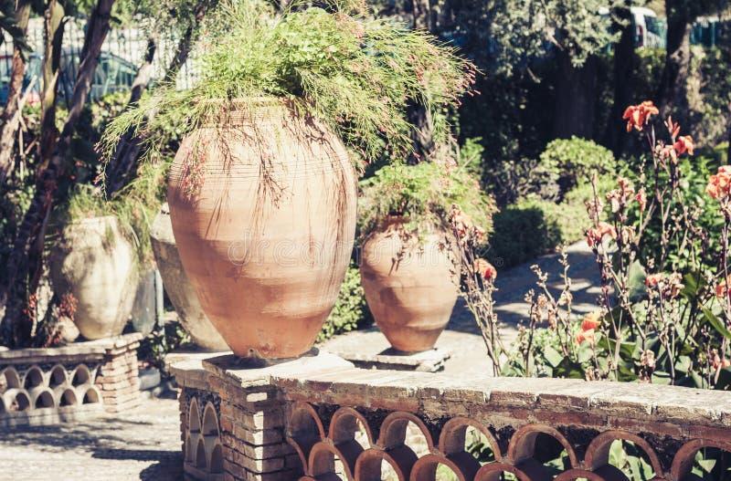 Ð ¡ βάζει τα δοχεία λουλουδιών στάσεων σε ένα όμορφο δημόσιο πάρκο Parco Colonna, Taormina, Σικελία, Ιταλία κήπων - εικόνα στοκ εικόνες