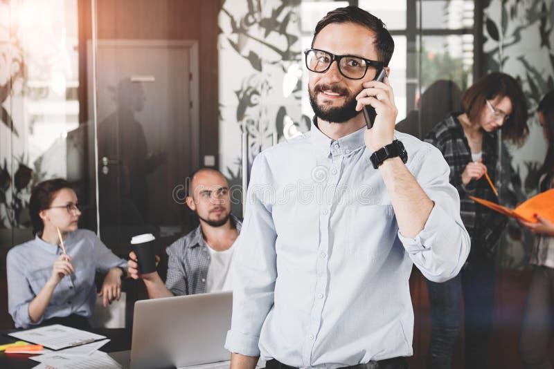 Ð ¡ χάνει επάνω τη φωτογραφία του χαμογελώντας γενειοφόρου επιχειρηματία που φορά τα γυαλιά W στοκ φωτογραφία με δικαίωμα ελεύθερης χρήσης