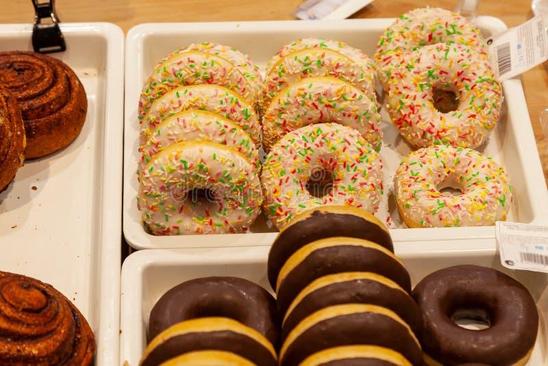 Ð ¡ χάνω-επάνω πρόσφατα καμένος donuts με την τήξη σοκολάτας και confet στοκ εικόνες