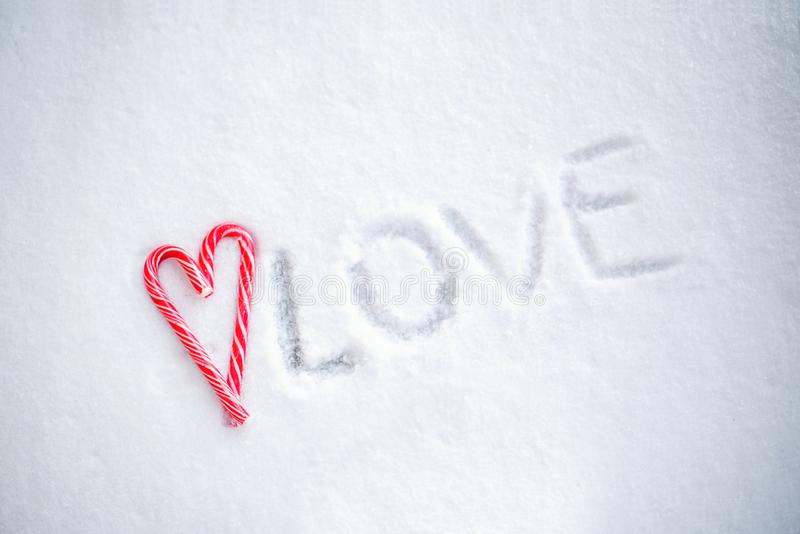 Ð ¡ andies στη μορφή καρδιών σε ένα υπόβαθρο του χιονιού στοκ εικόνα