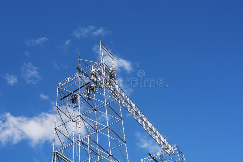 Ð ¡ de vestigingssteiger van onstructionarbeiders tegen een blauwe hemel royalty-vrije stock afbeelding