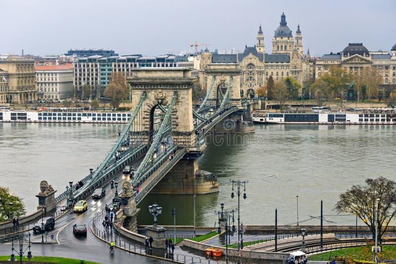 Ð ¡ hain桥梁在布达佩斯在一多云天 免版税库存图片