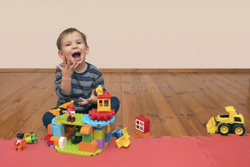 Ð ¡ hild που παίζει με το lego στοκ φωτογραφίες με δικαίωμα ελεύθερης χρήσης